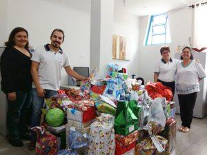 UNIARAXÁ entra no clima natalino e garante alegria de crianças da comunidade